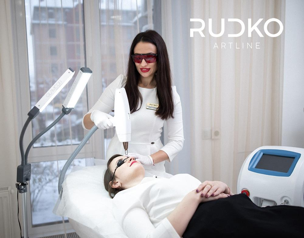 Bluish eyebrows, black lip contours, sloppy arrows, are the main problems that low-quality permanent makeup causes